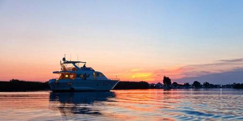 festa-18-anni-in-barca-tramonto