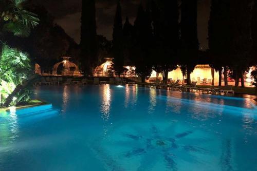 villa-veientana-piscina-notte-illuminata