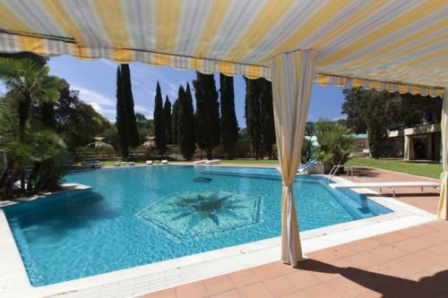villa-veientana-piscina-giorno-coperta